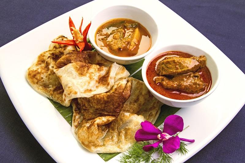 香烤後的餅沾上印度咖哩,是最經典的印度風味。(圖/馬來西亞觀光局)