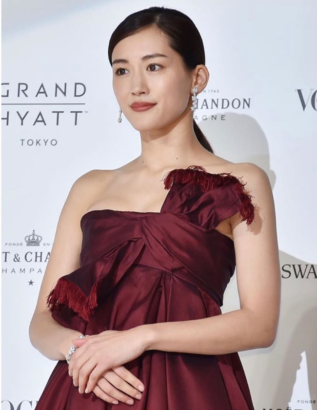 綾瀨遙這身平口禮服,讓平常包緊緊得好身材藏不住了。