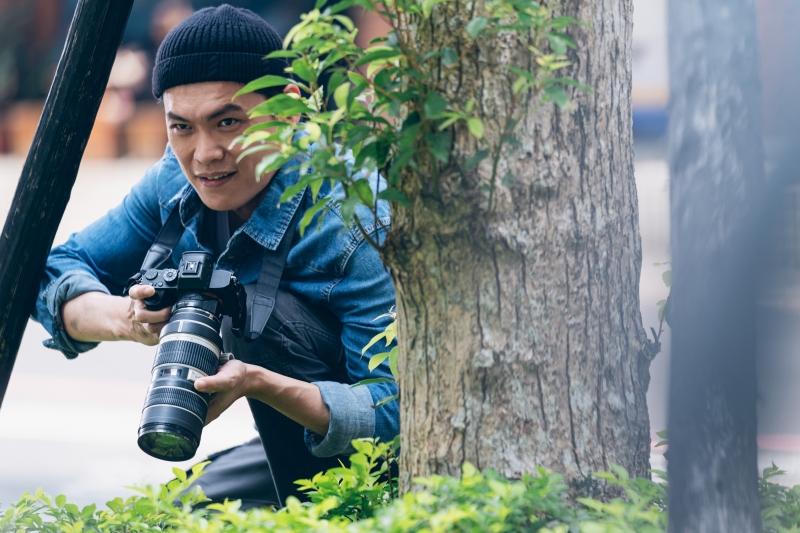 黃鐙輝化身相機不離手的八卦狗仔,拼命偷拍劉以豪的私人生活