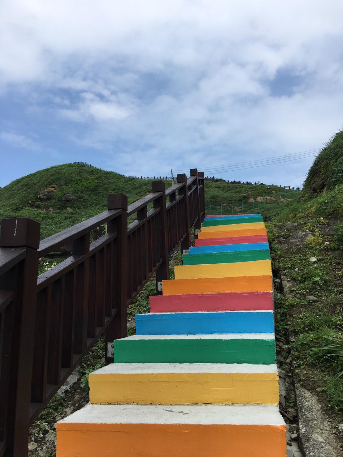 仰視彩虹階梯(圖片來源:東北角之友FB)