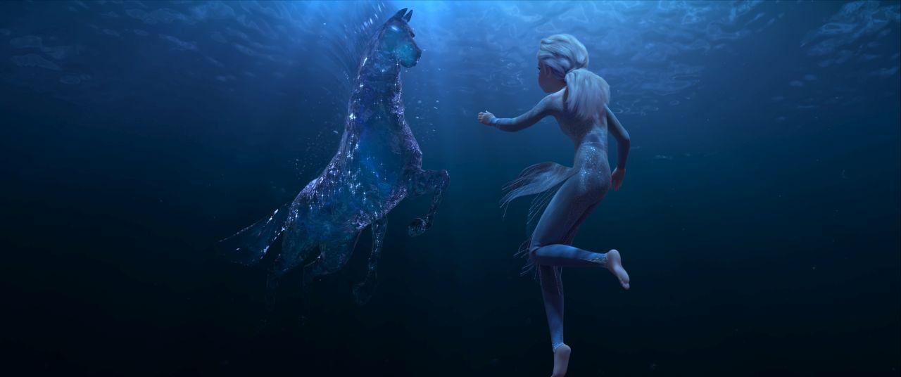 為了找尋自我,艾莎在暗黑海洋中遇到了水之靈諾克。