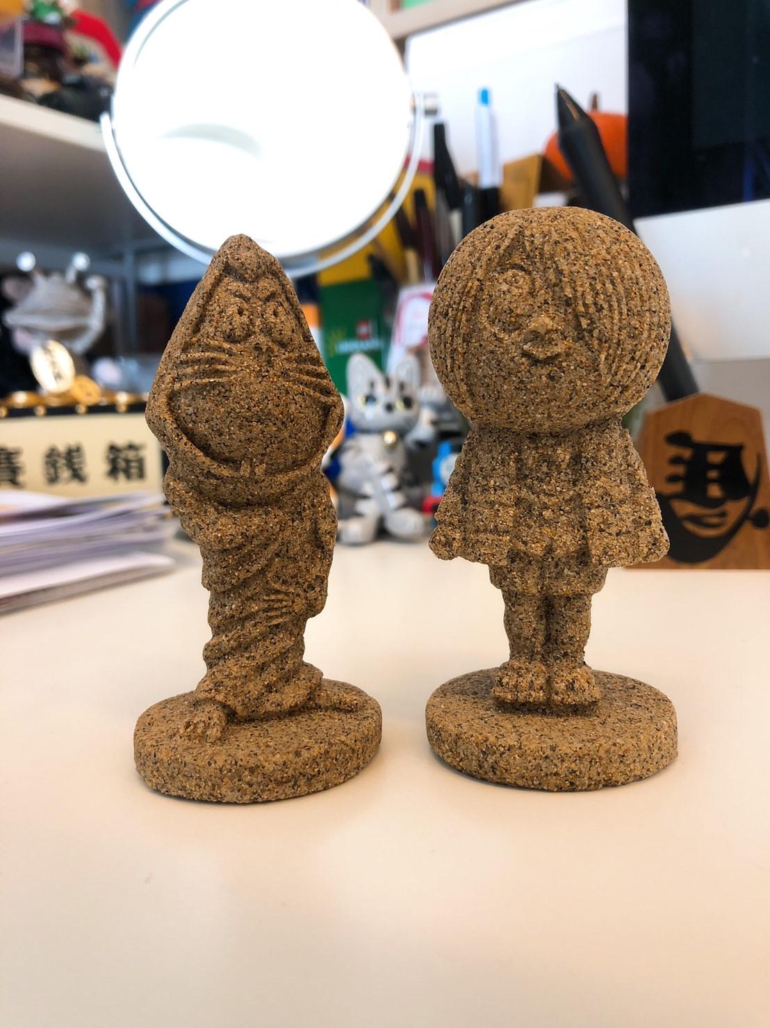 ▲馬克媽媽這次帶回了鬼太郎造型沙丘石雕的公仔以及手作小掃把跟小畚箕,當作旅行的紀念品。