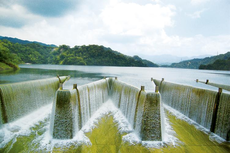 鯉魚潭水庫擁有全台唯一鋸齒堰溢洪道,具備觀光、灌溉、防洪與發電四大功能。圖/苗栗文化觀光旅遊網