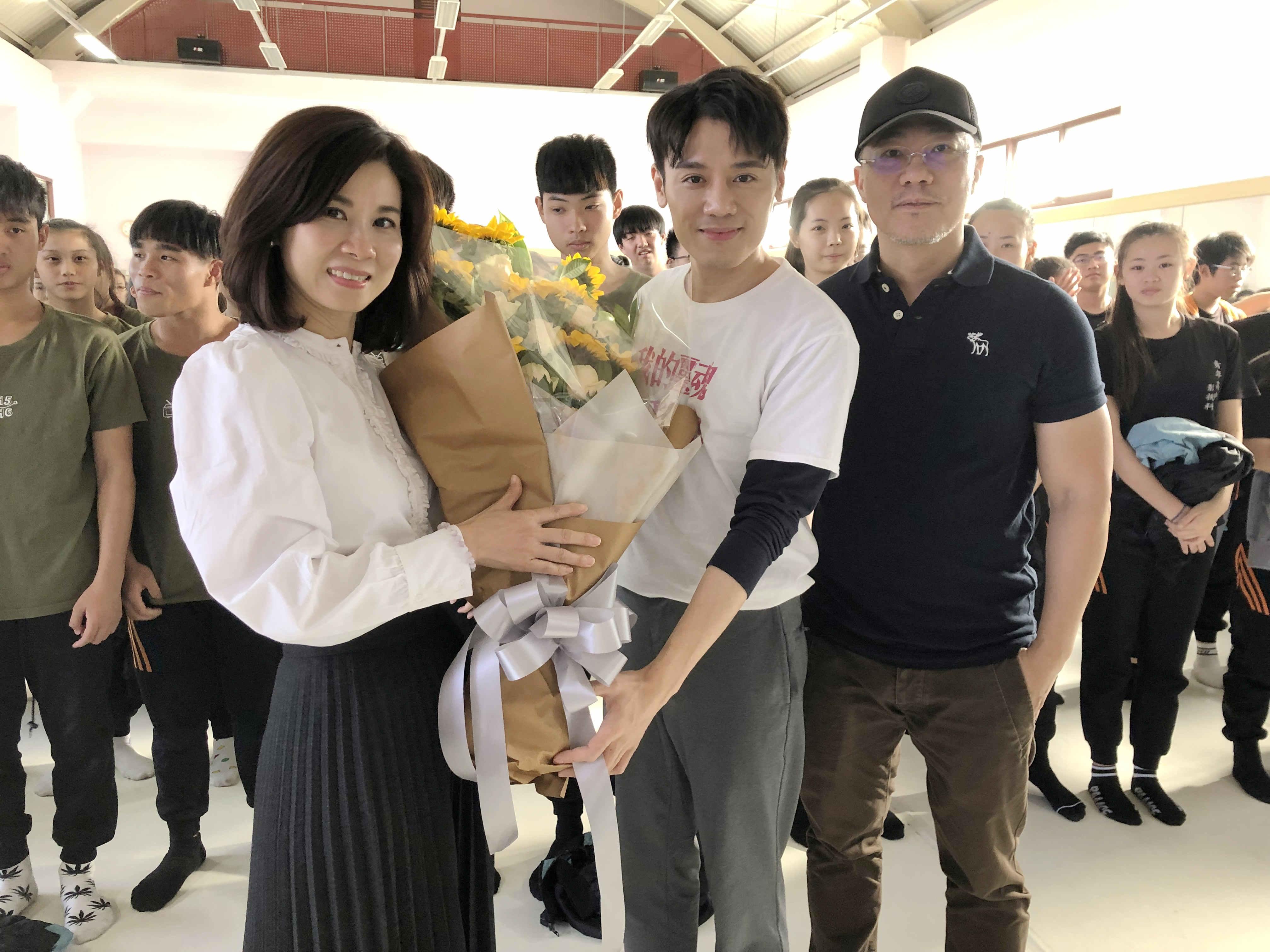 邱志宇返校宣傳《我的靈魂是愛做的》霸凌家長獻花致意
