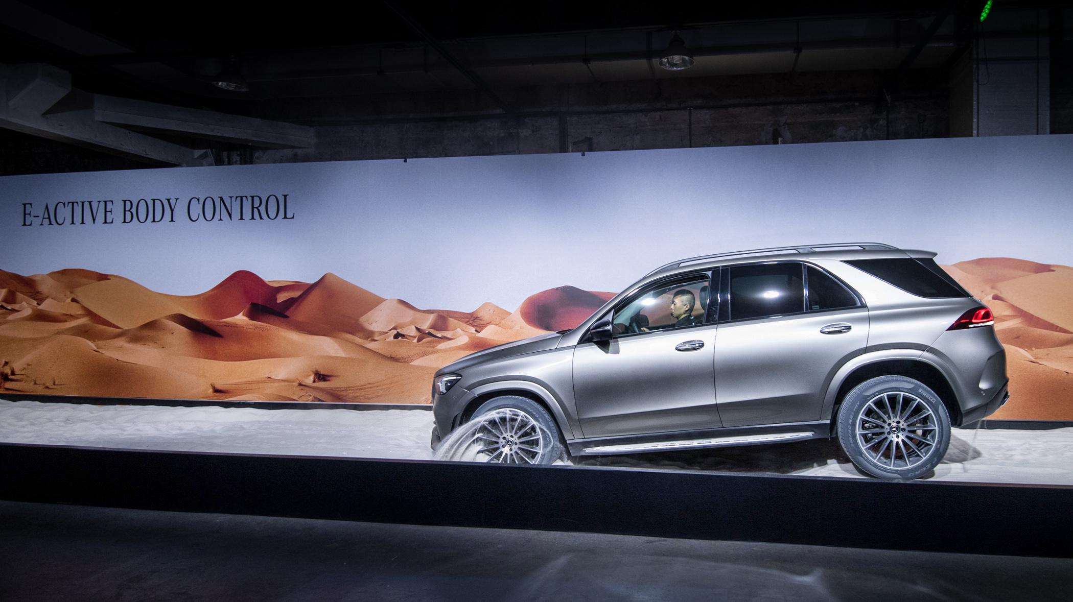 現場演示The new Mercedes-Benz GLE 的 E-Active Body Control 脫困模式,立刻成為全場焦點