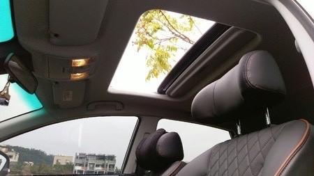 ▲天窗能夠增加車室亮度,減少壓迫感。