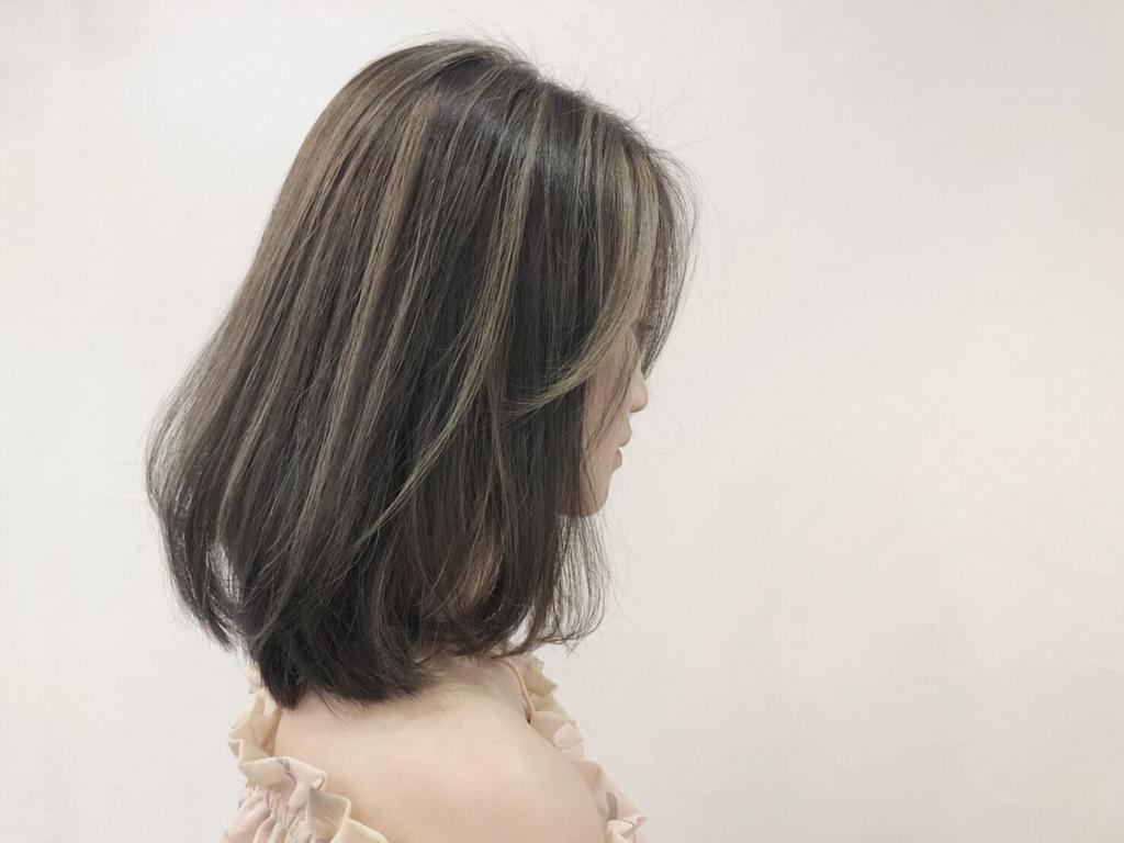 琥珀蜜褐色挑染奶茶髮絲提升了明亮輕盈感,髮尾裙擺燙讓髮型更率性有魅力!