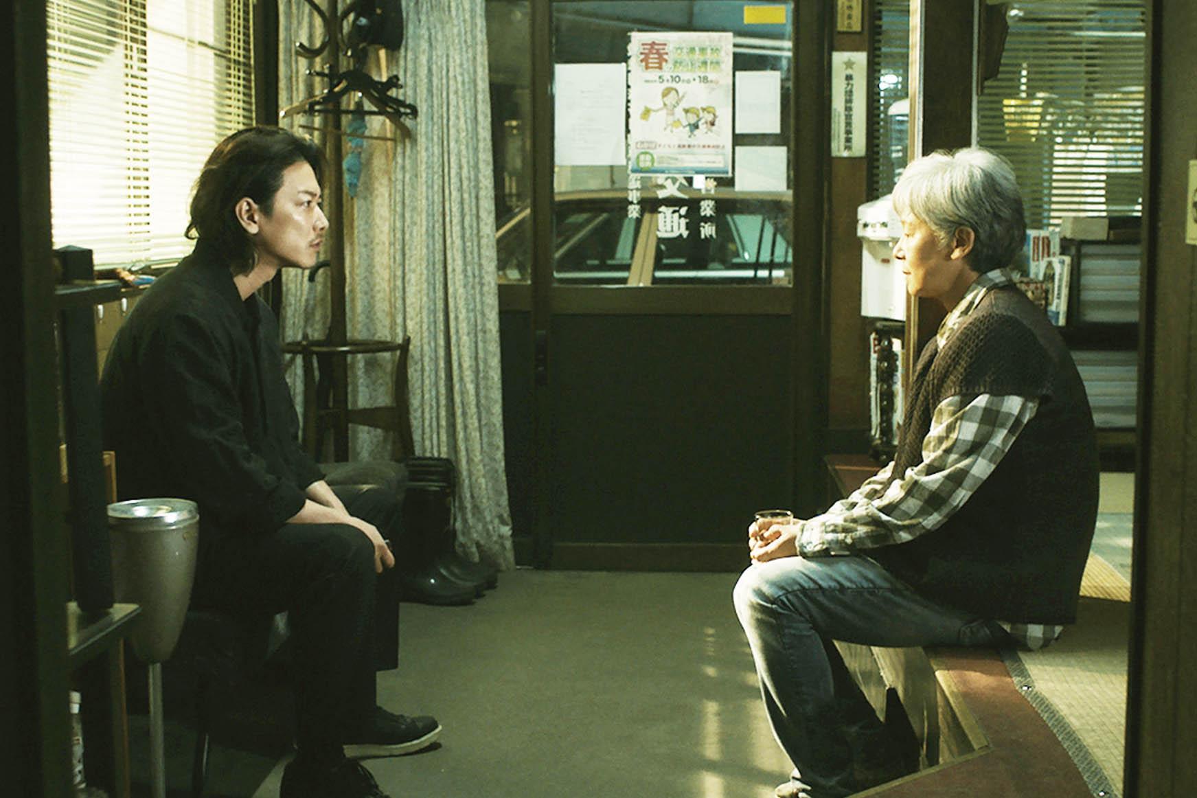 佐藤健(左)飾演的雄二是一位一心渴望成為小說家的自由作者,為求成名,甚至不惜出賣家族醜聞