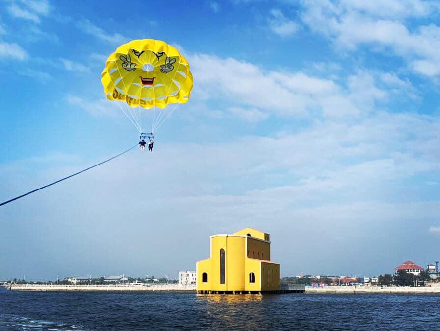 大鵬灣海上教堂鵝黃色的外觀十分搶眼,與蔚藍海水形成鮮明對比。圖/大鵬灣國際休閒特區臉書粉絲專頁