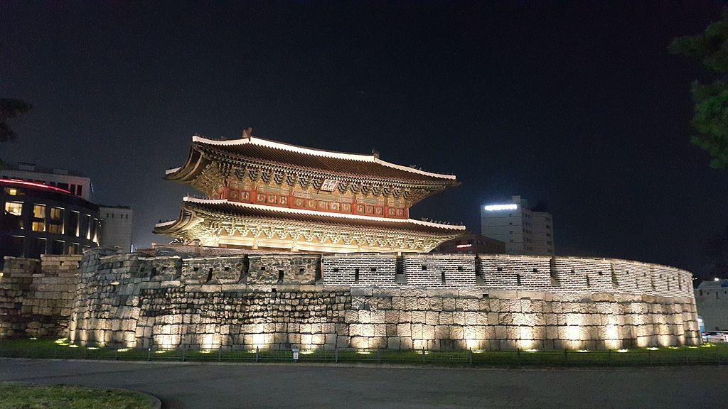 東大門 (Photo by Jiyounnng, License: CC BY-SA 4.0, Wikimedia Commons提供)