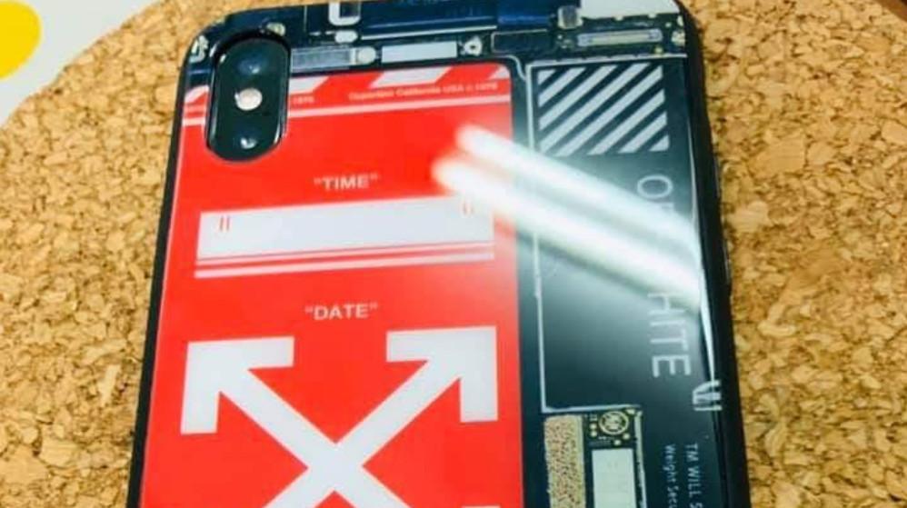 有民眾收到手機簡訊通知超商有貨物寄達待取,一時不察付錢取貨,回到家打開一看當場傻眼,竟只是一個破手機殼,這時才驚覺被騙!(圖片翻攝爆怨公社)