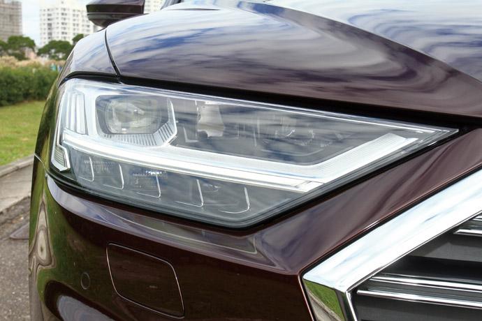 極光頭燈燈組這一次A8所採用燈組為,HD高階矩陣式LED極光頭燈組,其最大特色為32組照明元件能夠非常細膩的照明路面,不僅可以大程度避免直射對向來車,並且能夠根據不同路況與氣候,改變照明角度,讓整體視野更為清晰與寬廣。版權所有/汽車視界