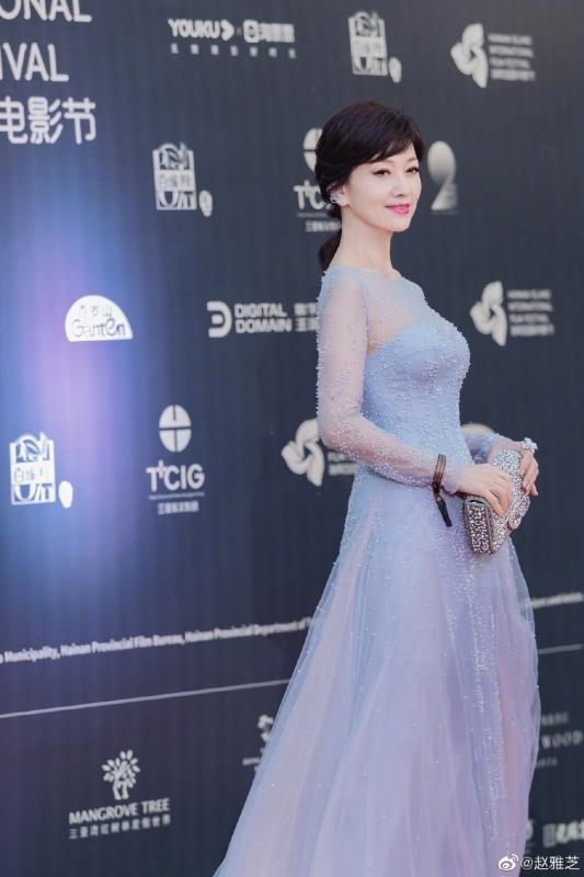 趙雅芝以一身《冰雪奇緣》般的晚禮服現身紅毯。(截自趙雅芝微博)