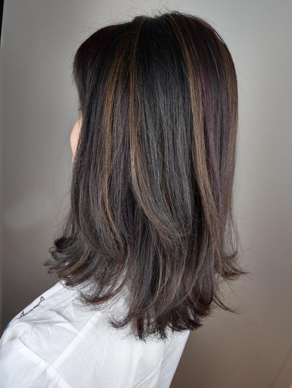 適合喜愛歐美風的女孩,趁今年玫瑰光布朗尼髮色趨勢,讓你走在時尚尖端!