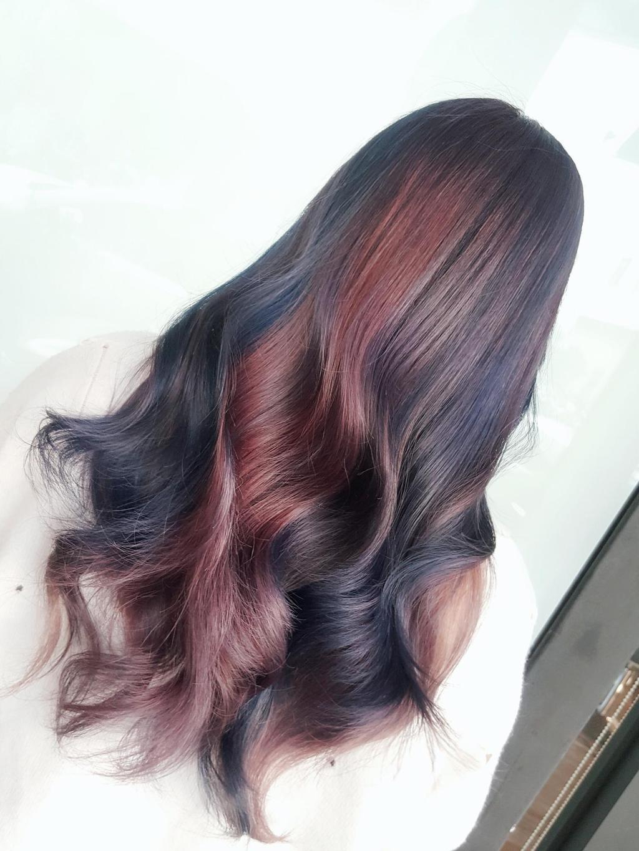 運用灰紫、紅棕、黑茶髮色創造出漸層感玫瑰光布朗尼~有別於單一髮色更有髮色層次感
