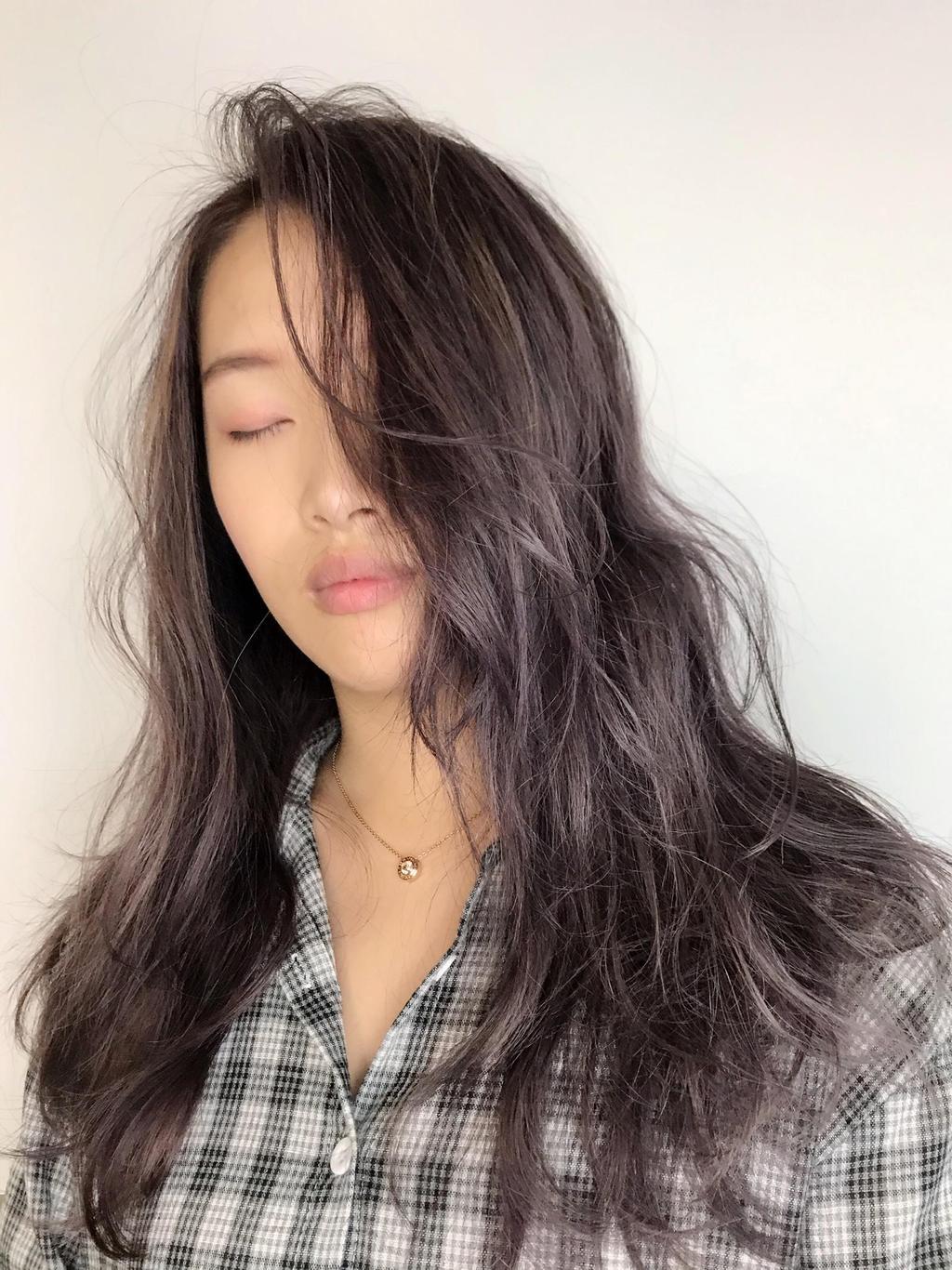 在紫棕髮色中帶有細細的米棕色挑染,讓玫瑰光布朗尼髮色變得更有變化