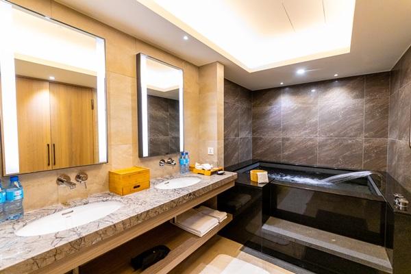 寬敞舒適的客房泡湯池。攝影/盧大中
