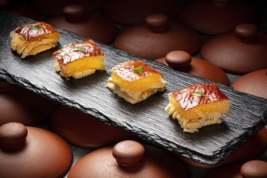 御蓮宮–柚子蜜脆皮手撕雞。圖片提供/澳門巴黎人