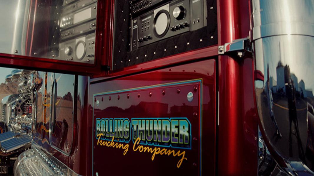 圖/Thor 24拖車頭搭載一組噴射客機等級的發動機當做發電機,為車內40吋電視、音響…等影音器材提供電力。