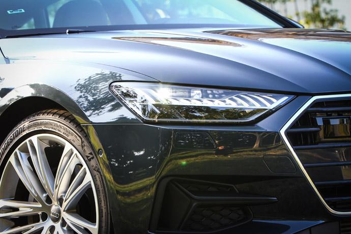 頭燈採32組可獨立啟閉的照明元件,可依據路況和車輛相對距離主動調整照射角度,提升駕駛更寬廣清晰的視野。版權所有/汽車視界