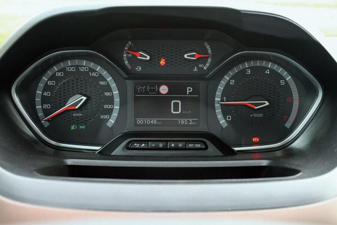 能夠平視的儀表板設計,行車資訊清晰且能夠調整亮度。版權所有/汽車視界