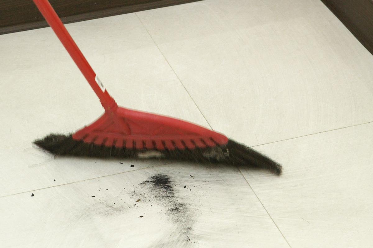▲過年期間掃地要記得往內掃,別把財運掃出門。謝沅瑾命理辦公室提供