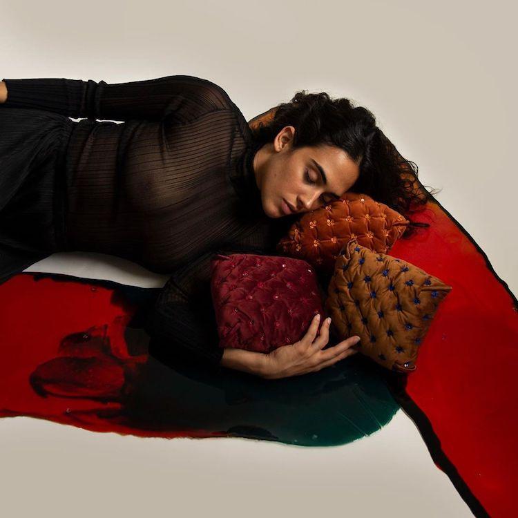 以家飾藝術品設計包包的想法,近日品牌直接拿傢俱轉化成包袋設計!