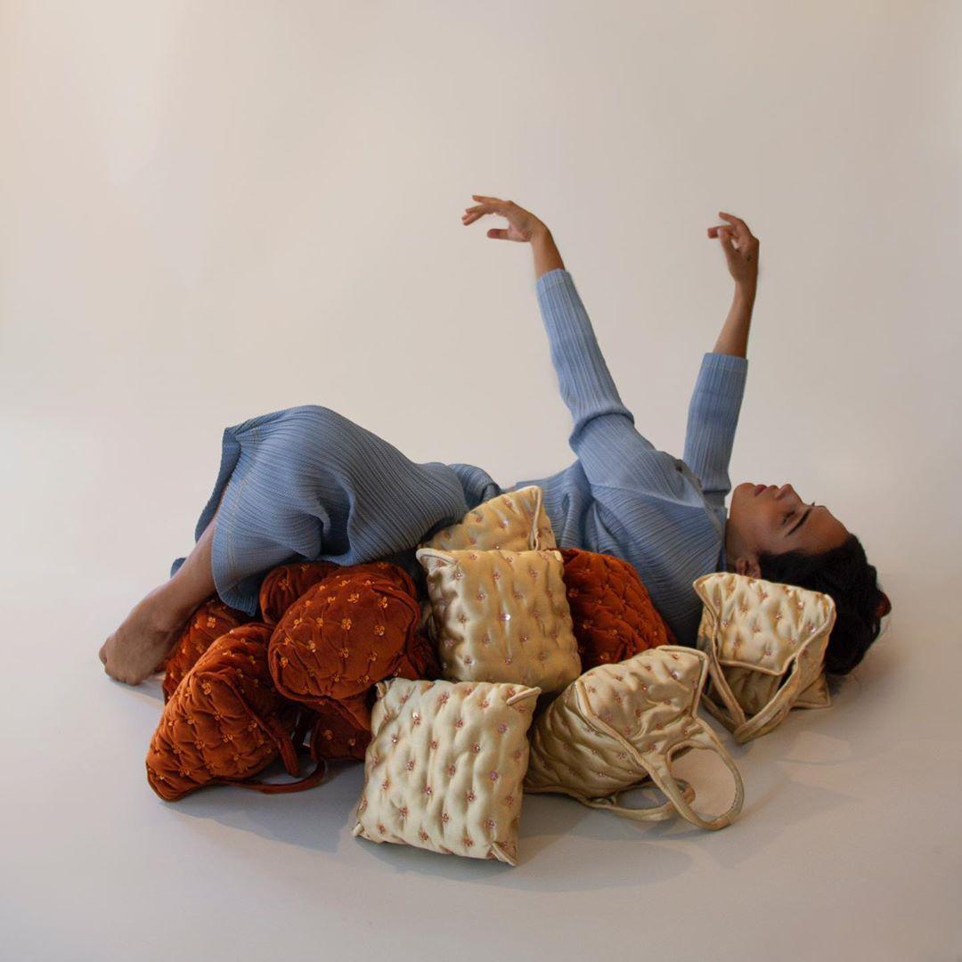 這款趣味十足的包款官方命名便以 Pillow 枕頭的英文字為名,全系列已經在品牌官方網站正式開賣
