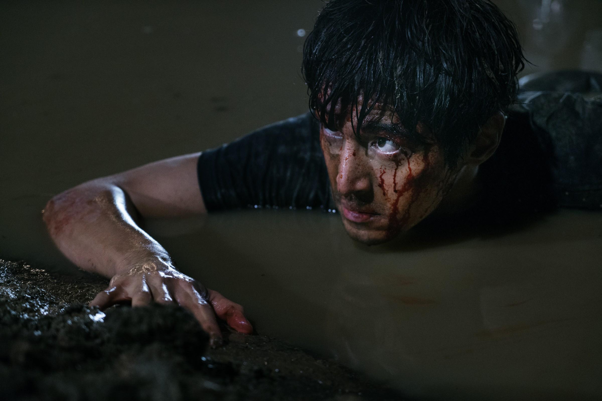 《南方車站的聚會》胡歌飾演逃犯周澤農,浸泡泥水4小時不喊苦