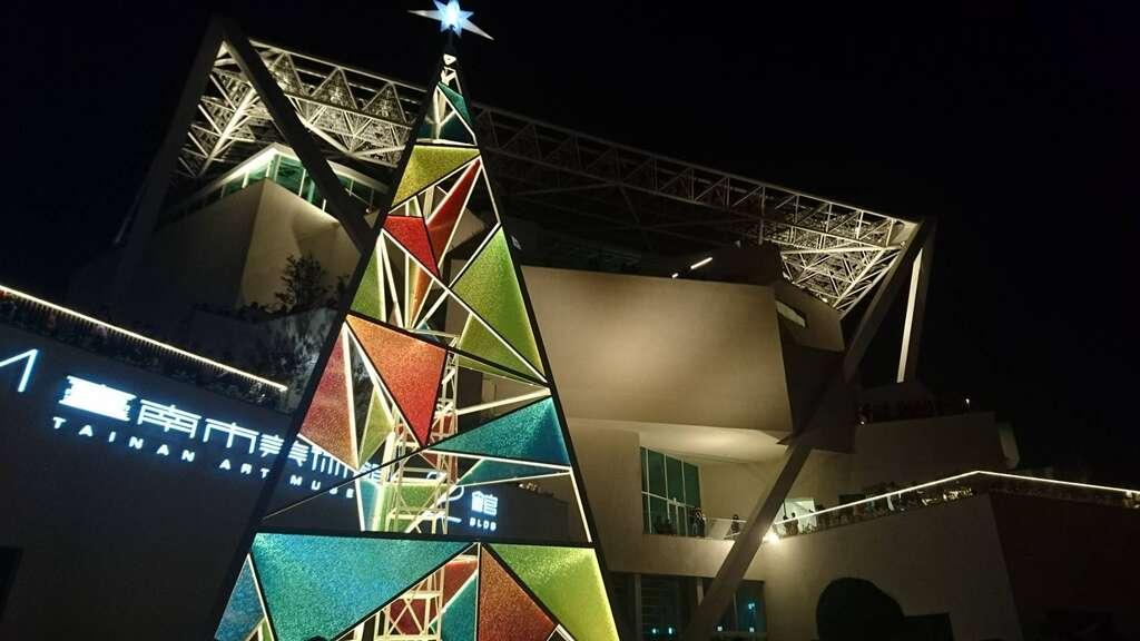 台南聖誕節南美館燈區以中世紀哥德式教堂的玻璃花窗作為靈感,創造簡約特殊的三角錐聖誕樹。圖/台南旅遊網