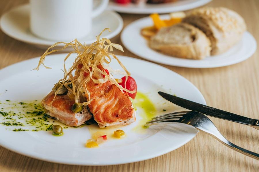 香煎鮭魚佐檸檬白酒醬。攝影/Ray