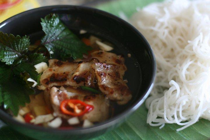 烤肉米線 (Photo by tuhang, License: CC BY-SA 4.0, Wikimedia Commons提供)