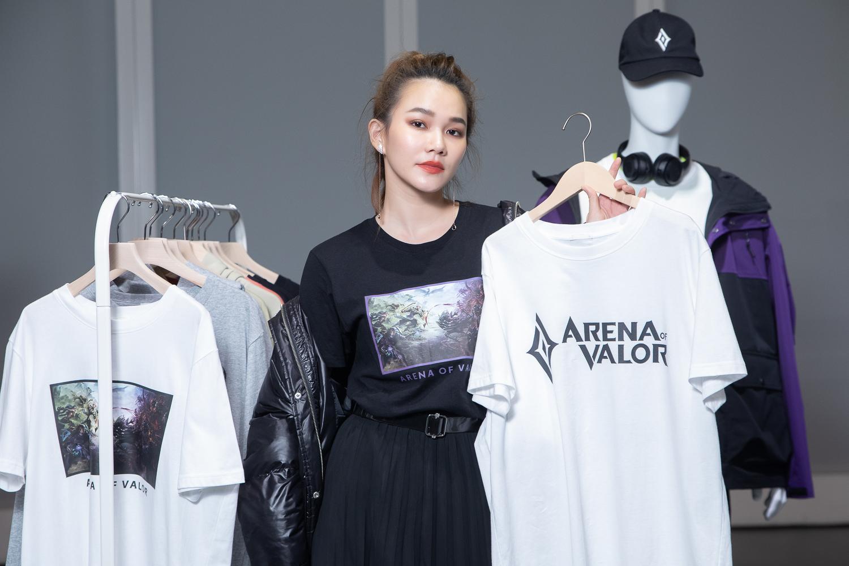 ▲Helen Chen 穿著《Garena傳說對決》經典英雄對戰畫面聯名服飾,詮釋遊戲與時尚的跨界潮流