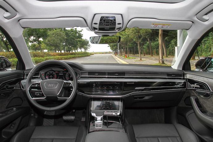 科技與極簡的車室風格整體車室不離簡約豪華風格,其捨棄大量實體按鍵與旋鈕的雙觸控螢幕,與隱藏式電動出風口,提升了整體的科技感與操控便利性,此外,這一次更是選配了氛圍照明套件,讓車室在簡約風格中增添了設計上的層次感。版權所有/汽車視界