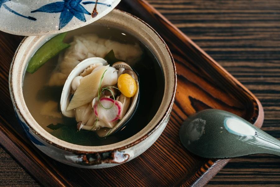 柔情養生鮮魚湯以蔬果與魚骨熬製湯底,搭配龍虎石斑、魚龍骨、菇類、白蛤、白菜等。攝影/Ray