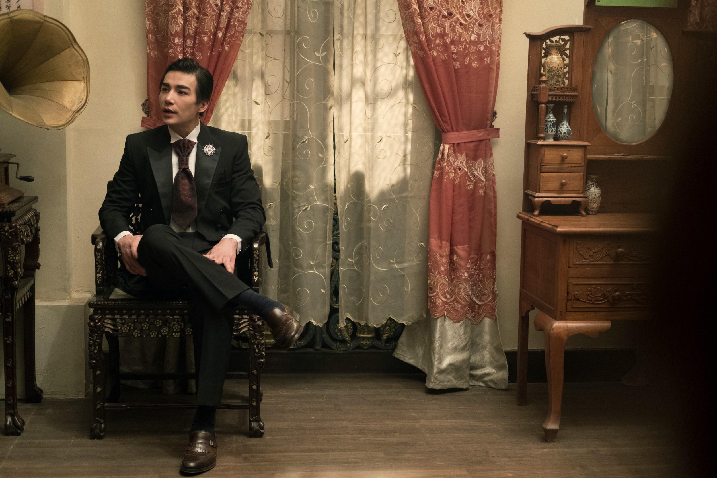 好萊塢新一代的華裔肌肉男神林路迪在《彼岸之嫁》中,刻意隱藏他的好身材,搖身海外留學歸國的白袍醫師