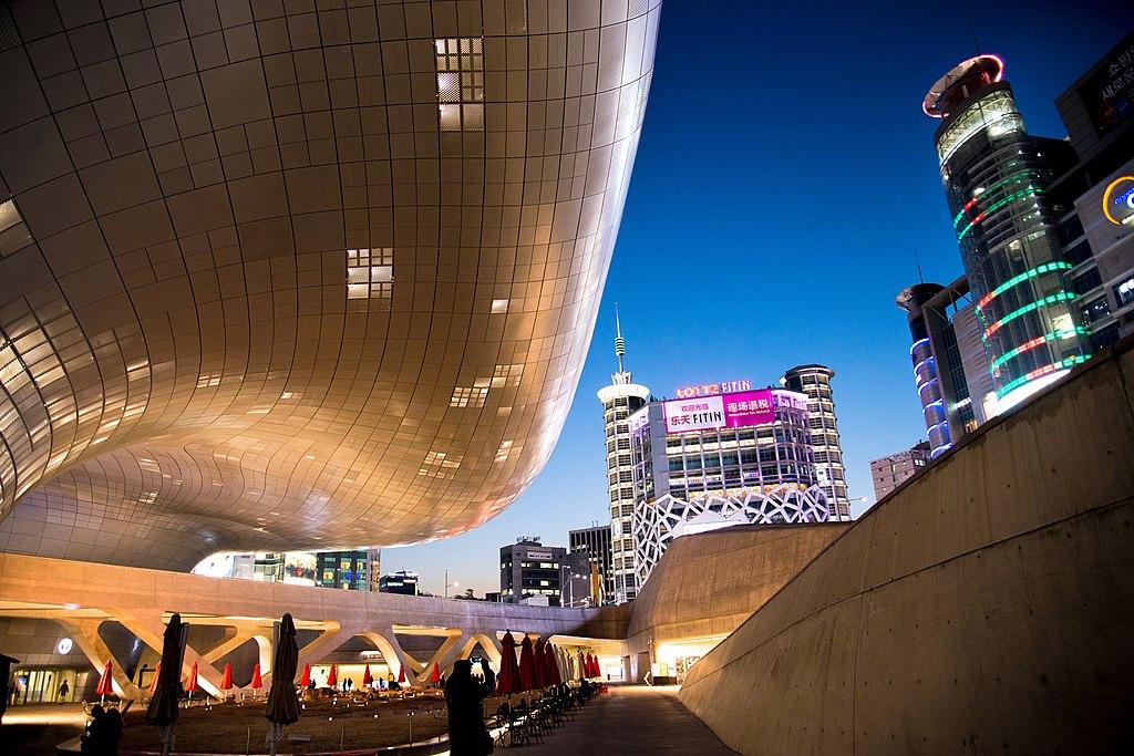 東大門設計廣場 (Photo by Jongsu Pyeon, License: CC BY 3.0, 圖片來源web.500px.com/photo/185589099/ddp-in-seoul-by-jongsu-pyeon?)