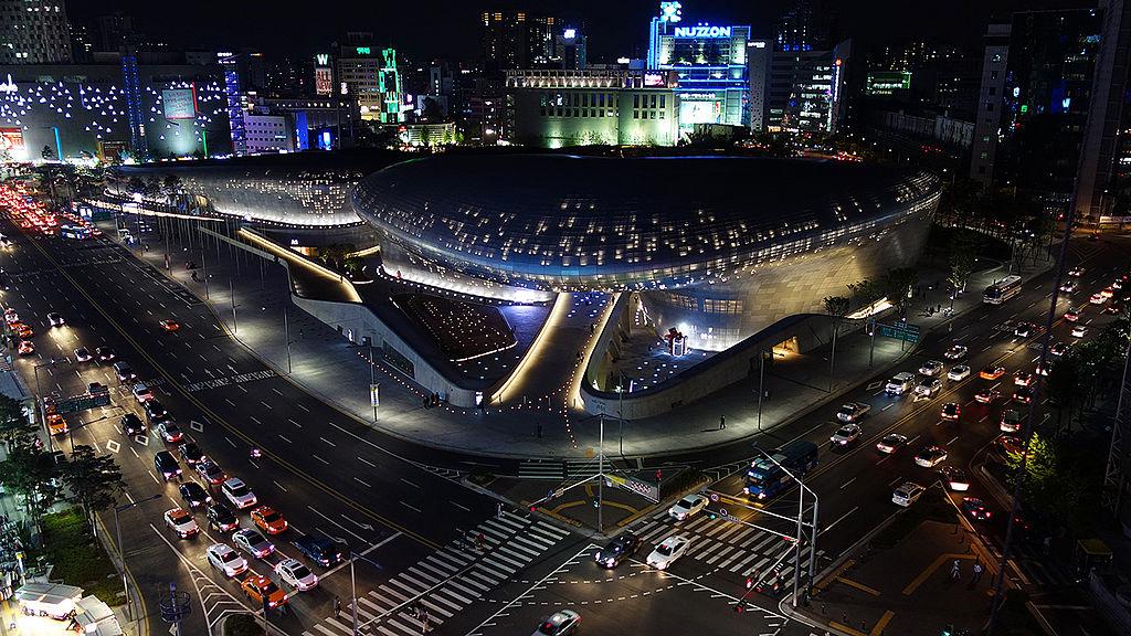 東大門設計廣場 (Photo by Ken Eckert, License: CC BY-SA 4.0, 圖片來源keneckert.com/pictures/seoul/images/pics/Sel-2014-4-DDP-from-Lotte.jpg)