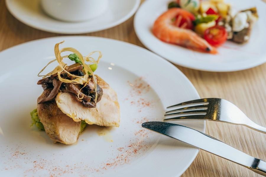 香煎蘑菇雞胸佐松露雞汁。攝影/Ray