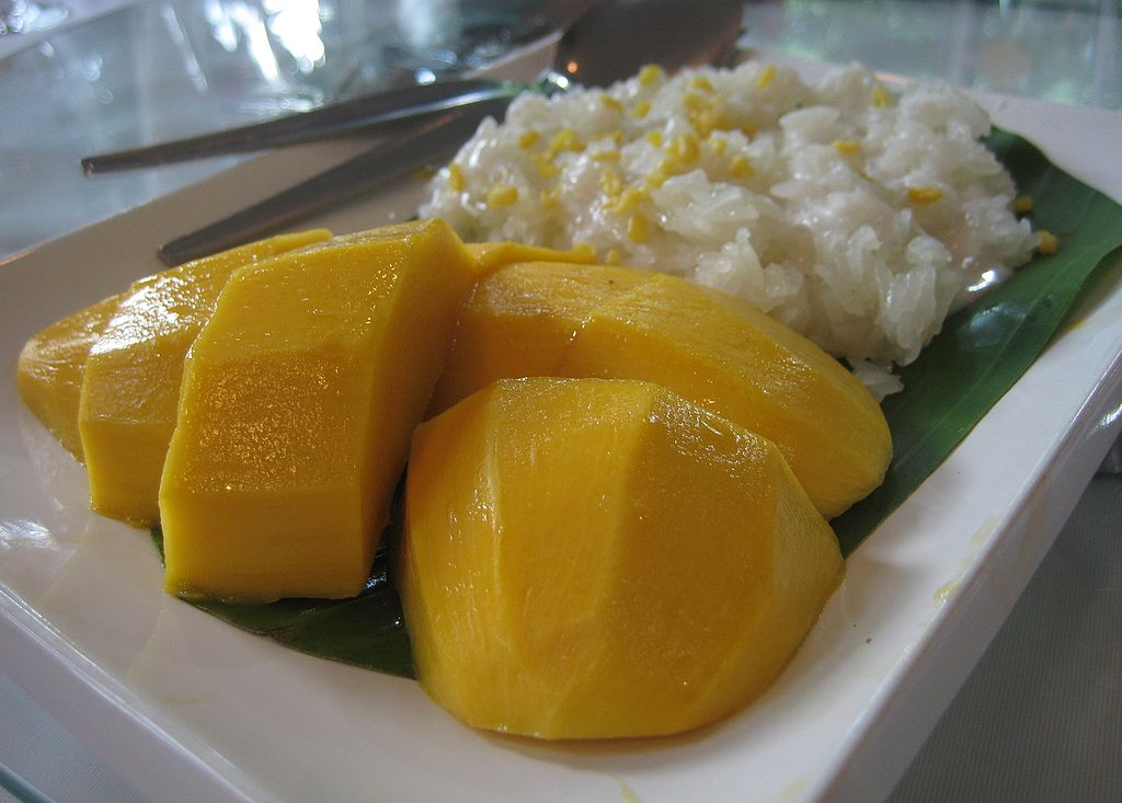 芒果糯米飯 (Photo by Terence Ong, License: CC BY-SA 3.0, Wikimedia Commons提供)