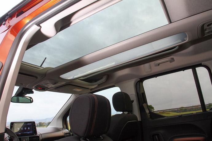 採用全景式玻璃頂,搭配半透光式中央儲物區。版權所有/汽車視界