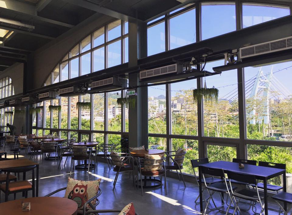 Arc Café運用清水模工法打造,大片的弧形窗景相當吸睛。圖/Arc Café臉書粉絲專頁