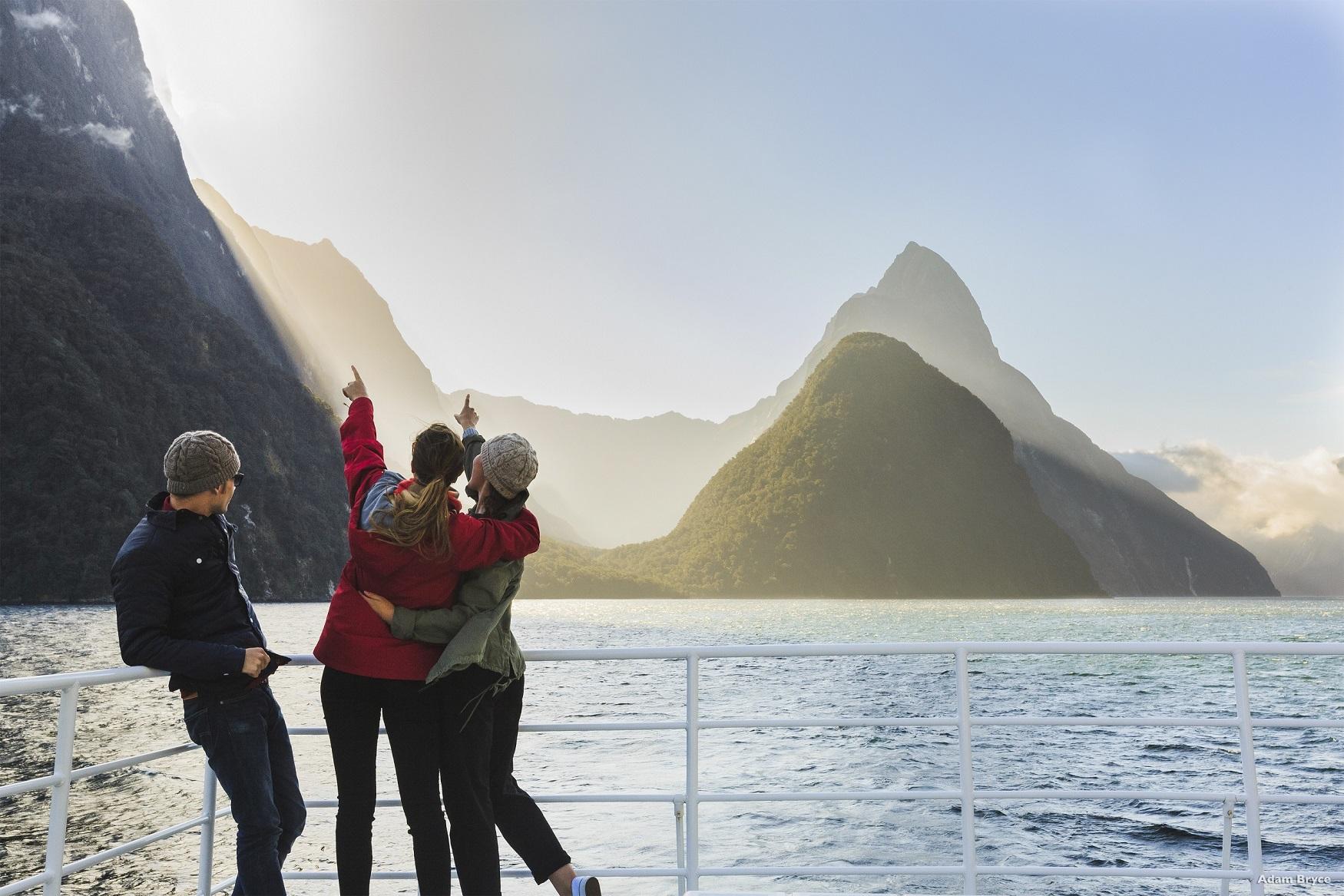 親近米佛峽灣,觀賞世界第八大奇觀風光。(圖/紐西蘭航空)