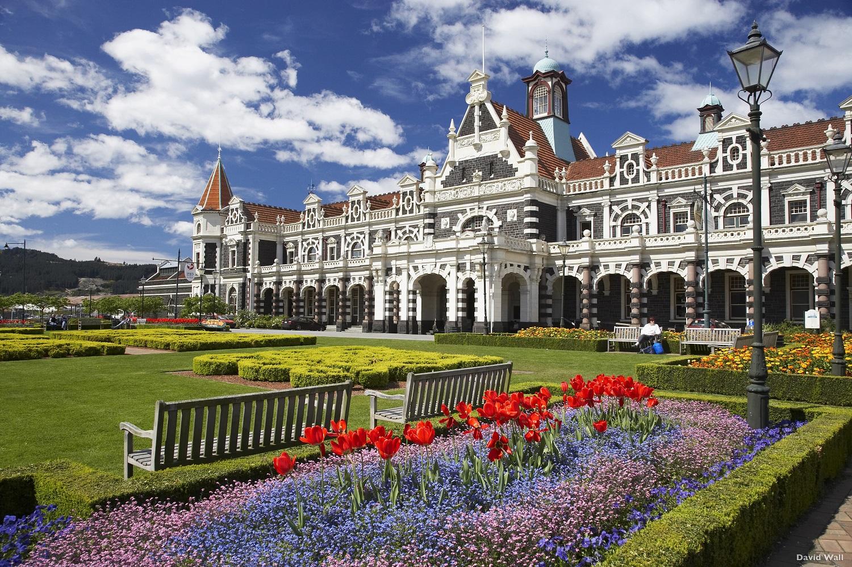 紐西蘭但尼丁火車站已有超過百年的歷史,外觀像是一座華麗的城堡。(圖/紐西蘭航空)