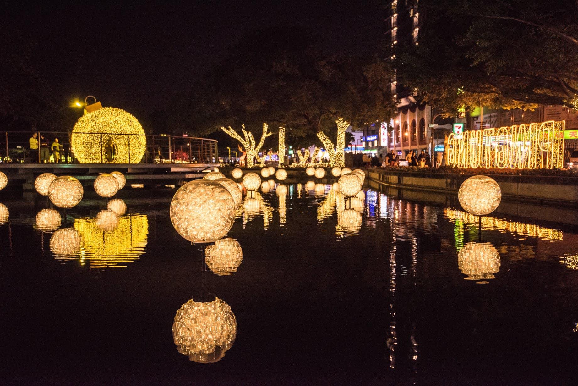 屏東聖誕節在屏東公園盛大開跑,以奇幻金色為基調,建造充滿奇幻冒險的童話故事世界。圖/屏東縣政府傳播暨國際事務處臉書粉絲專頁