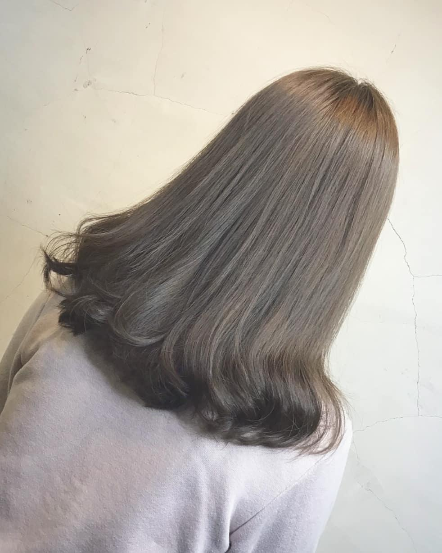 溫暖精緻的#光耀布朗尼閃耀光澤的深褐髮色,透過不同色光、或微微的漸層挑染呈現髮色光澤