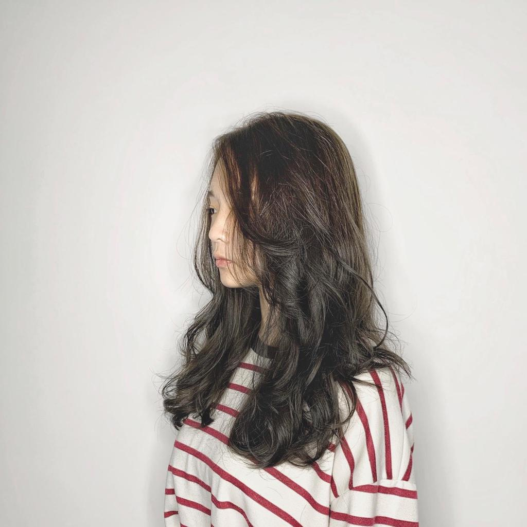 知性優雅#冷棕布朗尼冷灰色調的深棕髮色,運用單一髮色或漸層挑染的手法將髮色加點灰霧感