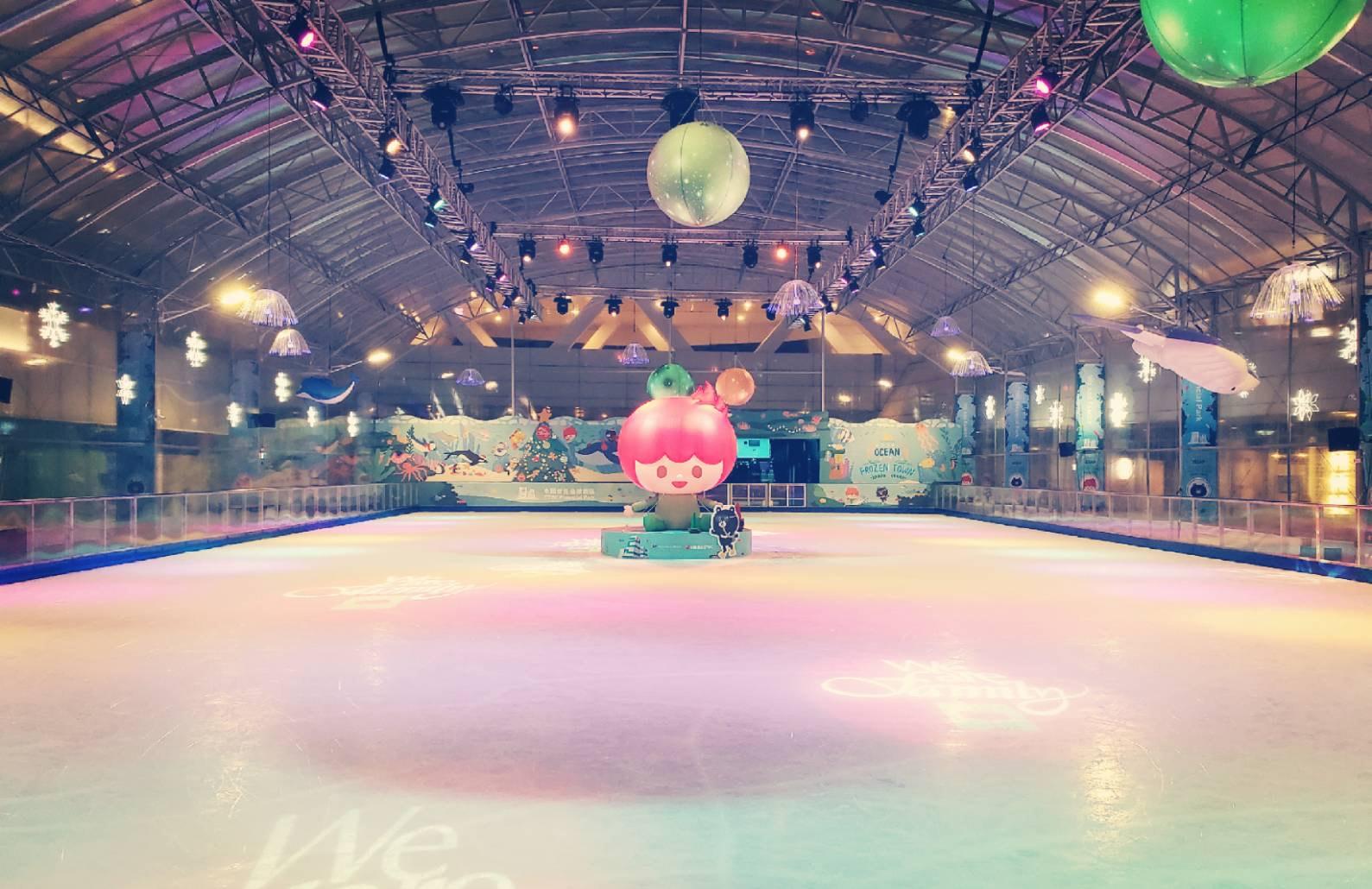 中信金融園區日前開放戶外溜冰場,今年以夢幻海洋為主題,可愛彩繪充滿童趣。圖/中國信託金融園區臉書粉絲專頁