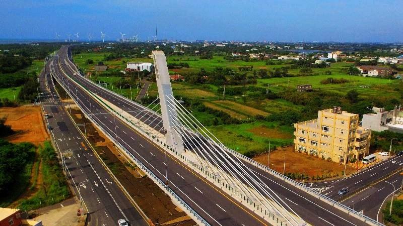 永安漁港脊背橋:台61線53k~54k (圖片來源:「票選台灣最美十大景觀公路」活動網站)