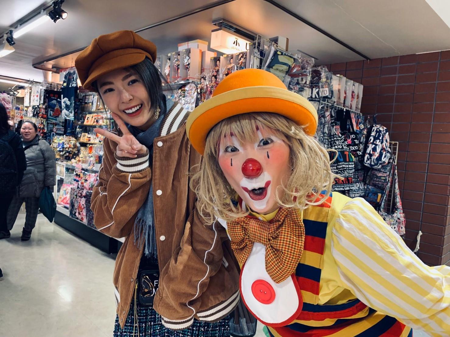 ▲黃沐妍意外加入日本街頭藝人小丑的表演。